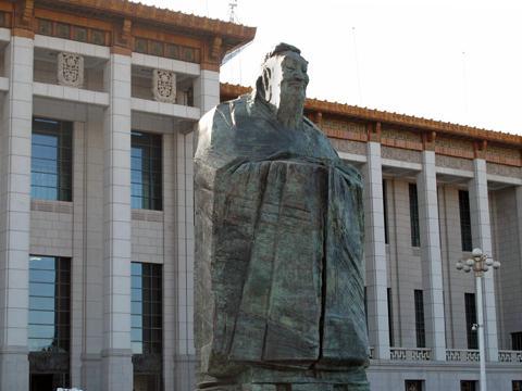 孔子雕像竖立在北京天安门广场的国家博物馆前。摄于2011年1月,照片来源:美国之音