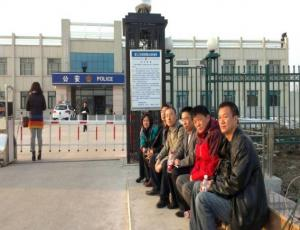 Lawyers and citizens outside the Jiangsanjiang Public Security Bureau, Heilongjiang, to protest unlawful detention of rights lawyers and citizens. March 25, 2014.