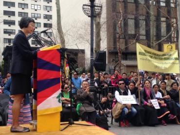 """中国人权新闻媒体主任徐美玲在""""西藏人民起义纪念日""""57周年集会上讲话。达格·哈玛绍广场,纽约市,2016年3月10日。图片:中国人权。"""