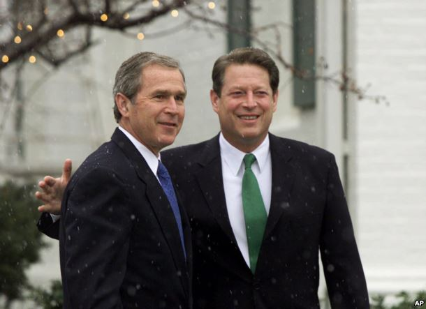 2000年12月19日,美国当选总统布什和美国副总统戈尔在戈尔的寓所会见
