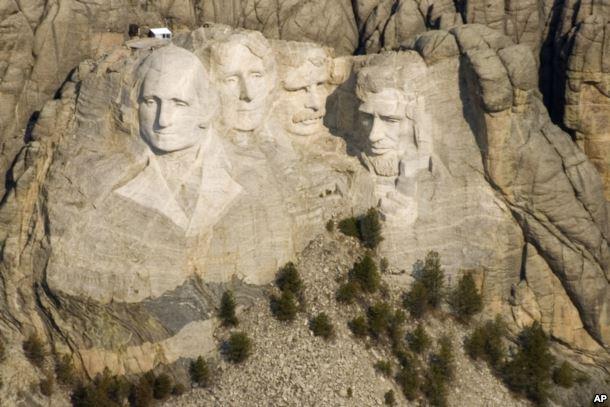 美国总统山国家纪念碑由四位美国总统的高达60英尺的头像组成。 从左至右分别是乔治·华盛顿,托马斯·杰斐逊,西奥多·罗斯福和亚伯拉罕·林肯。