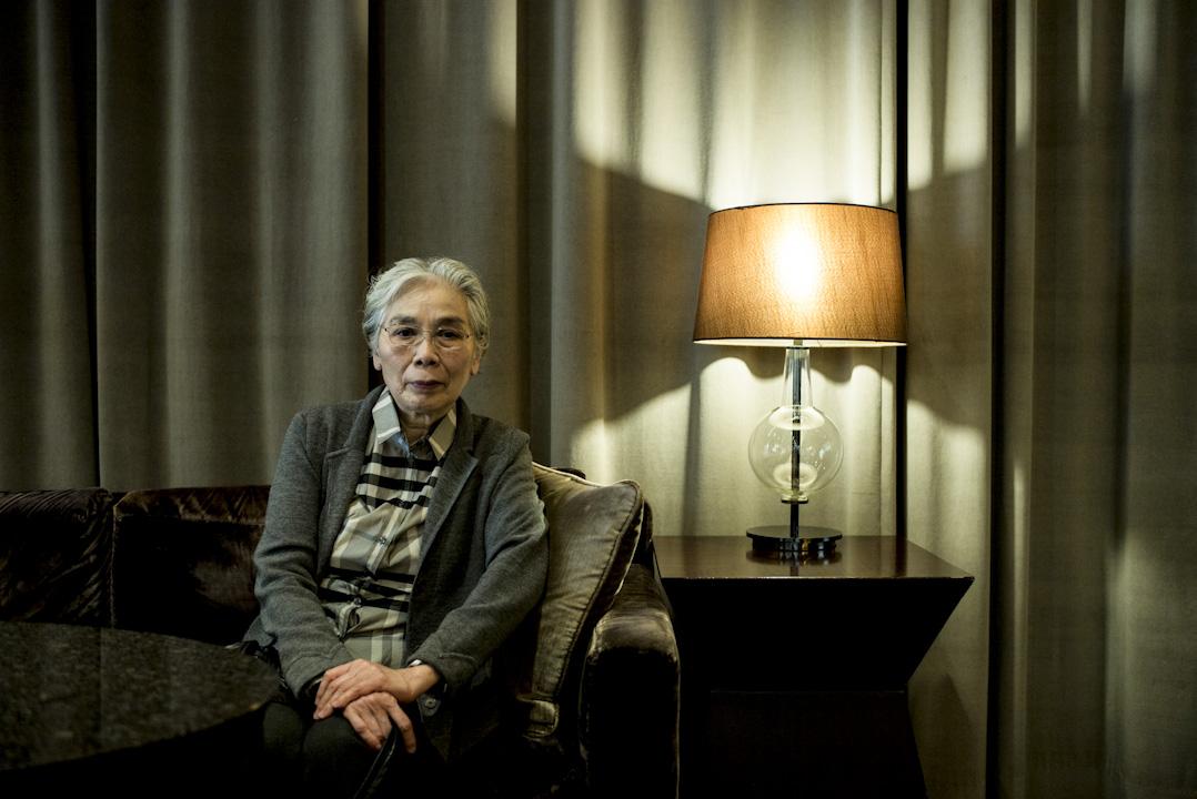 章詒和坐在香港沙田的一間咖啡室,銀髮,淡粧,拿著打印好又手寫改過幾遍的文稿,向端傳媒記者說起自己親見過的那些激昂、揪心又扼腕的歷史瞬間。