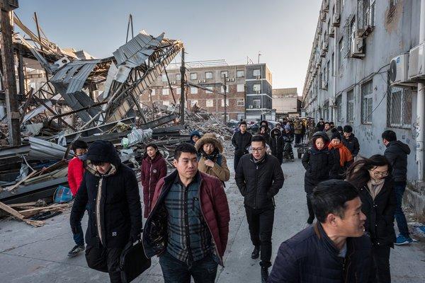 北京东南部一栋公寓楼的居民只得到了48个小时来撤离,他们成群地走向地方政府办公楼,要求得到房租的赔偿。