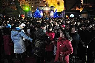 图片:08年12月24日平安夜,众多市民前往北京南教堂观望弥撒。正值西方和其它许多国家的圣诞节。这个具有宗教性质的节日在中国,特别是在年轻人中近年变得越来越热,(法新社)