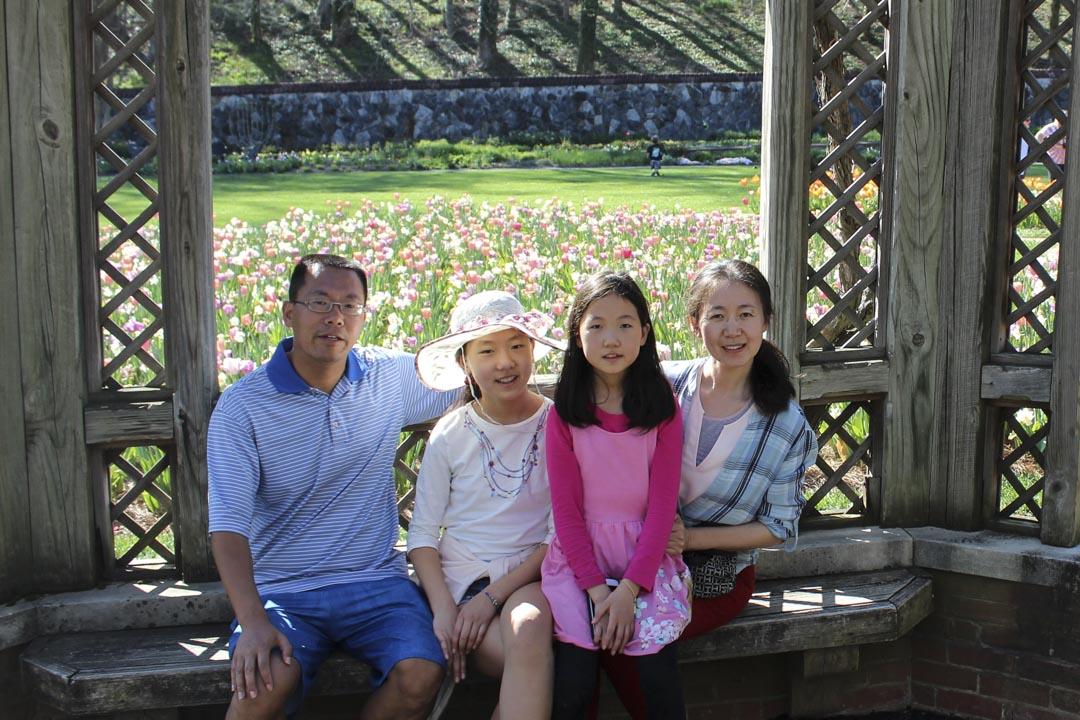 2015年3月,王玲与大女儿终于偷渡成功,一家人在美国团聚。图为滕彪全家福。
