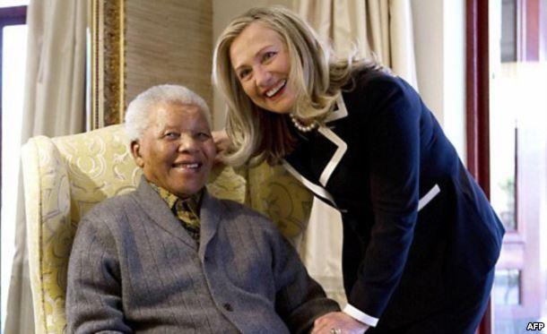 2012年8月美国国务卿希拉里•克林顿在南非库奴曼德拉的寓所里会见曼德拉