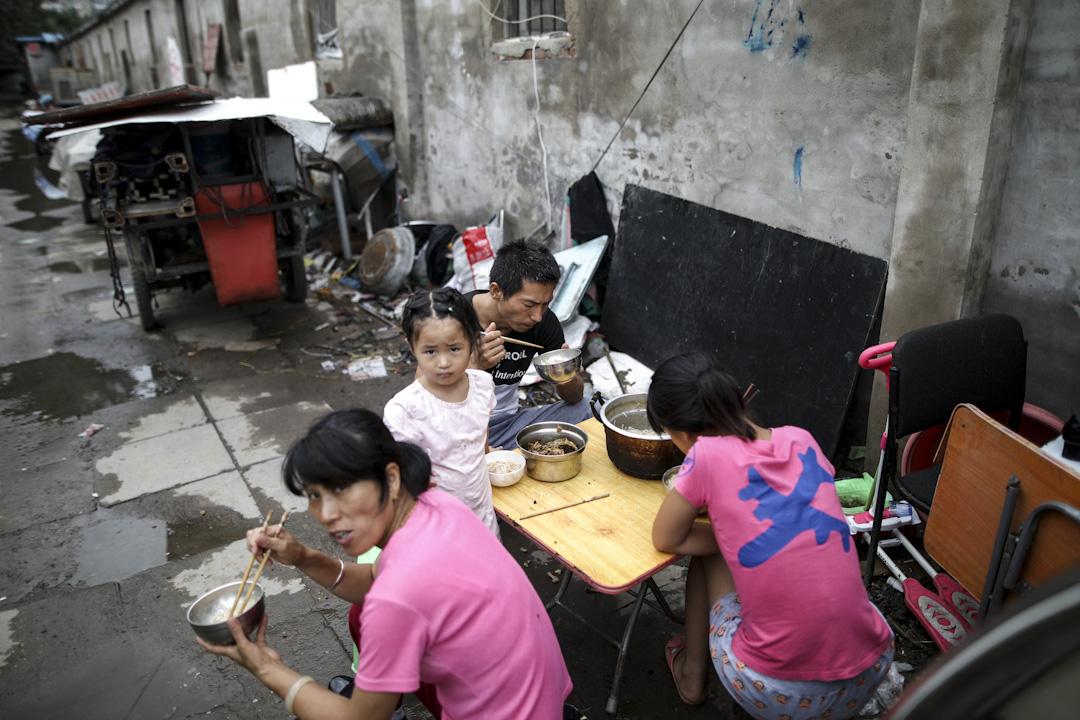 """2017年7月26日,中国北京昌平区,很多居民住房上写著大大的""""拆""""字,有很多地方也已经被拆迁完毕,一些打工家庭面临搬迁的困境。 摄:Imagine China"""