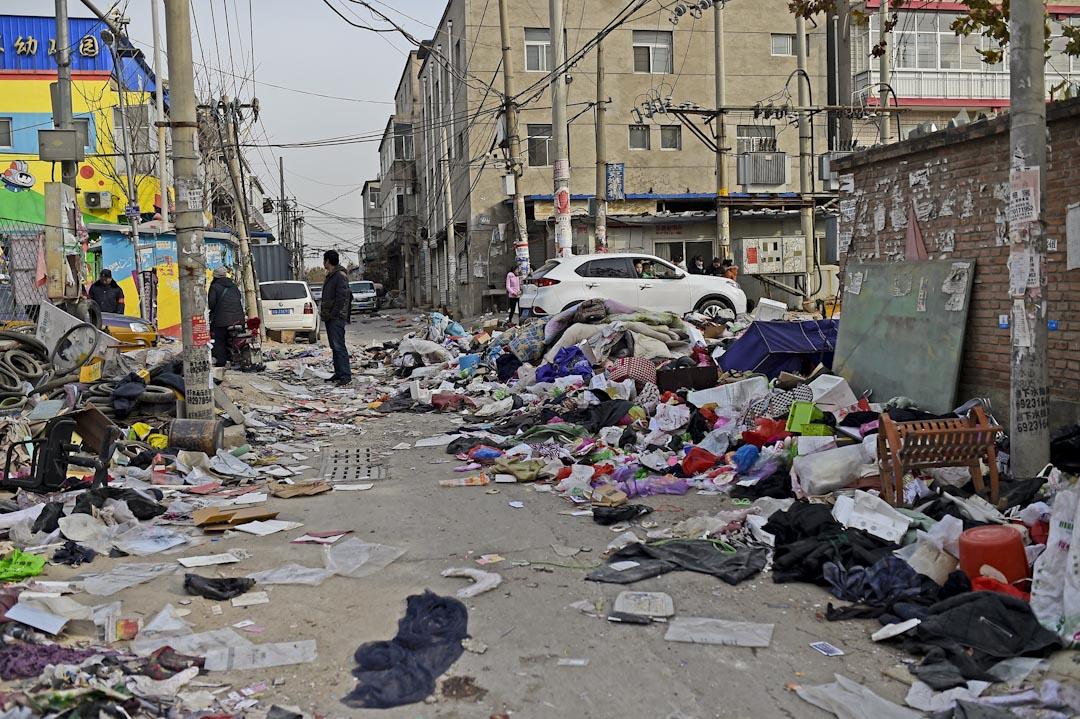 2017年11月25日,中国北京西红门镇新建村,街上满布被逼搬迁的外来工的遗弃物品。