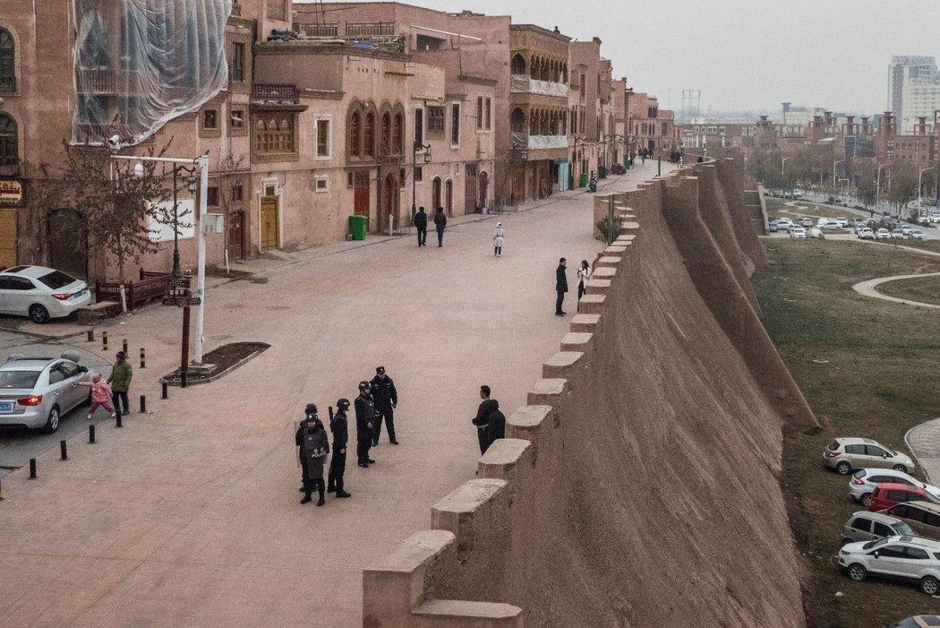 新疆喀什,警察在街头巡逻。北京担心新疆的维吾尔族穆斯林会为该区域带来不稳定因素。