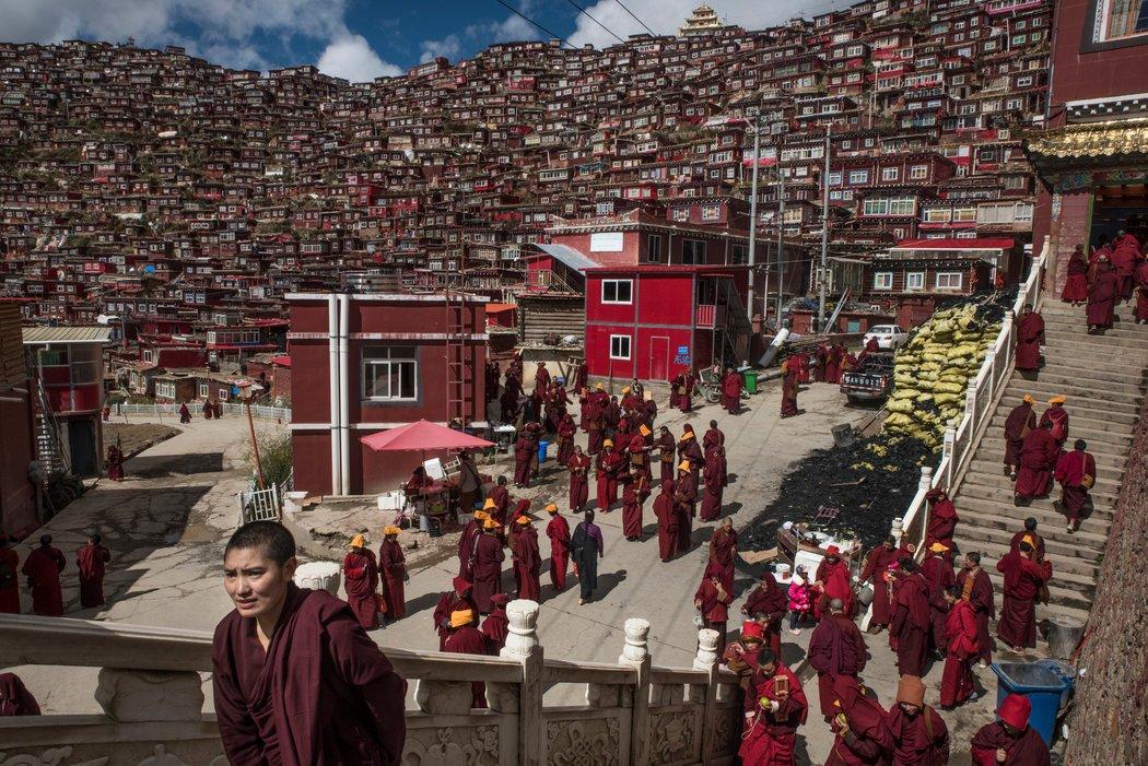 四川洛若乡,佛教徒聚居地的和尚与尼姑。