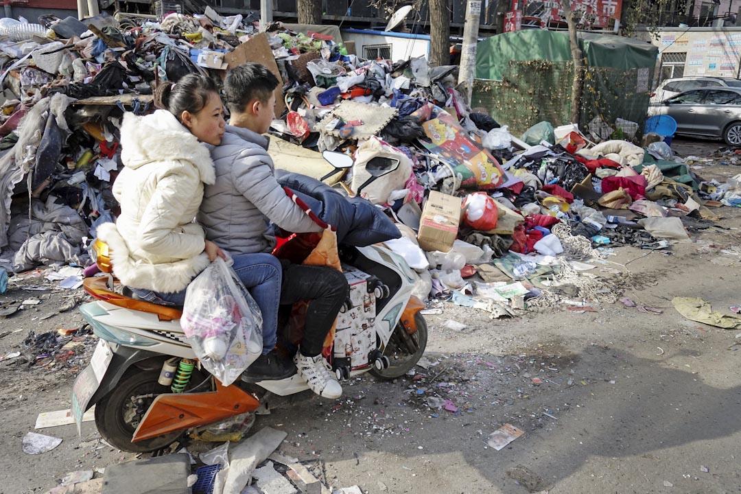 北京大兴区公寓火灾后,当局全面整治市面的违建问题,下令居住在违章建筑内的人士,包括外地劳工及低收入基层民众等短期内搬离。图为2017年11月25日,中国北京西红门镇新建村,街上不少住在北京的外地劳工忙著搬迁。 摄:Imagine China