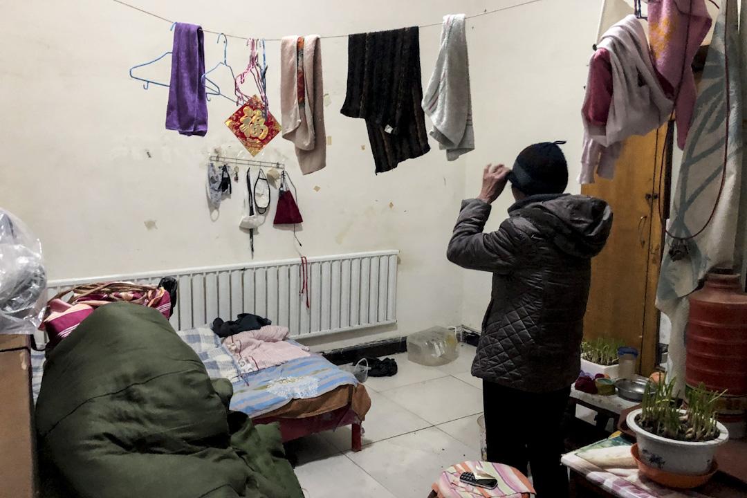 李秀华的房子约15平米,大件的行李已找人帮忙搬走,放在乡下的大女儿家里。余下的凌散家具和日用品摆放得有条不紊。
