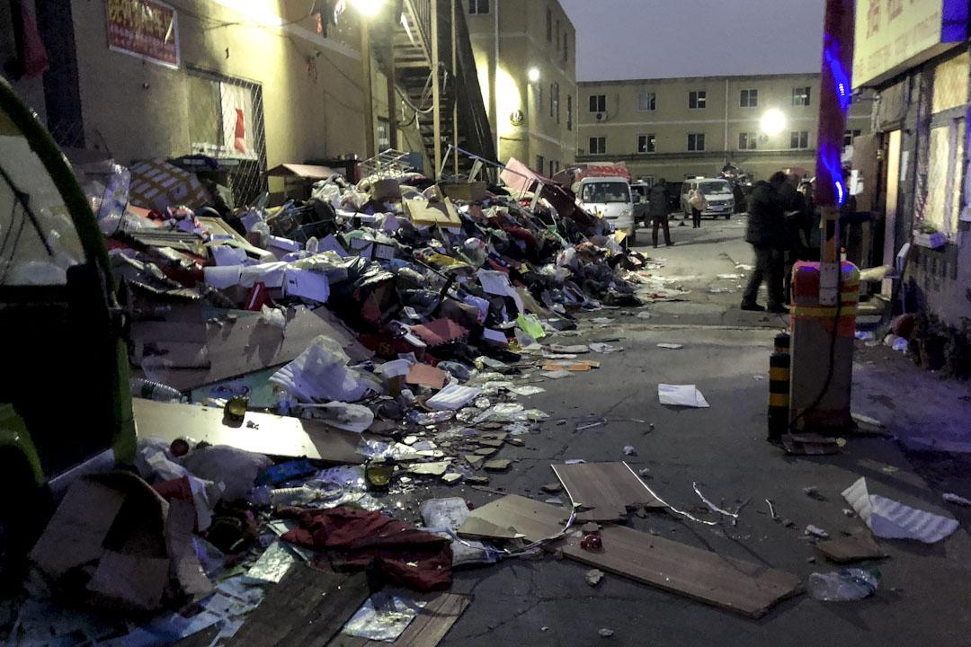 京林公寓外一片混乱,放满被逼搬迁居民的遗弃物品。