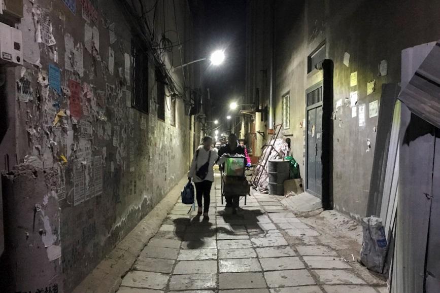 短短几天之内,几万名如李秀华一样的打工者被驱逐了。这是一场范围广泛的清理行动,位于城乡结合部的出租公寓、出租大院、批发市场、厂房库等都在限期整治和拆除中。