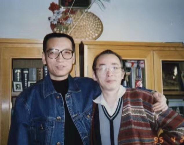 徐文立(右)和劉曉波(左)1995年4月24日在北京徐文立家中會面。(徐文立提供)