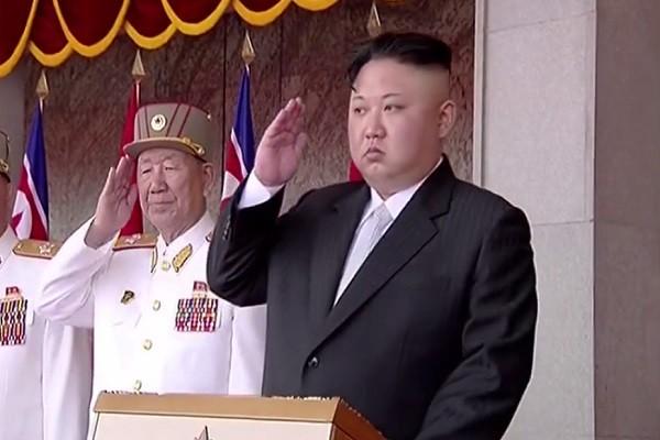 金正恩在阅兵式上。(韩联社)