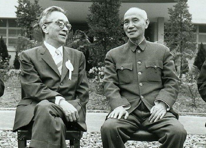 蔣介石視胡適為「諍友」,但也曾氣到在日記裡大罵胡為「妄人。」(1958年臺北,胡適、蔣介石合照/維基百科)