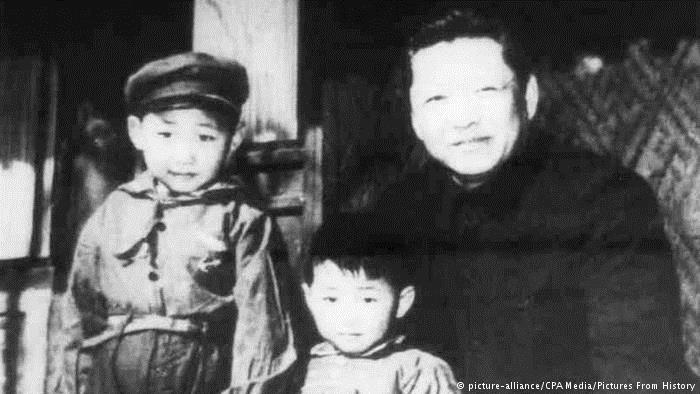China Xi Jinping & Vater Xi Zhongxun im Jahr 1958 (picture-alliance/CPA Media/Pictures From History)