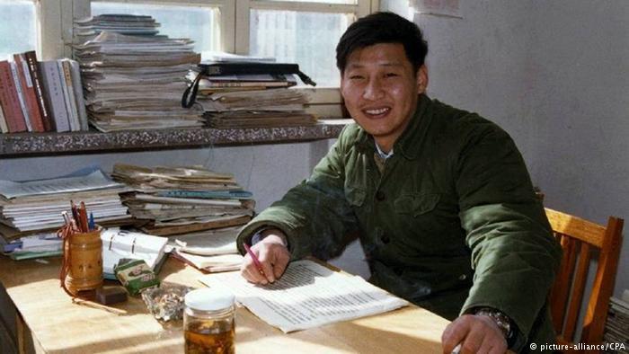 China Xi Jingping im Büro in Zhengding im Jahr1983 (picture-alliance/CPA)