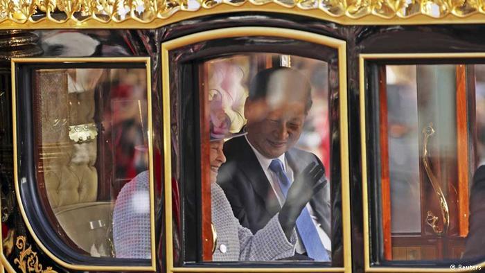 London: Chinas Präsident Xi Jinping auf Kutschfahrt mit Königin Elizabeth II. (Reuters)